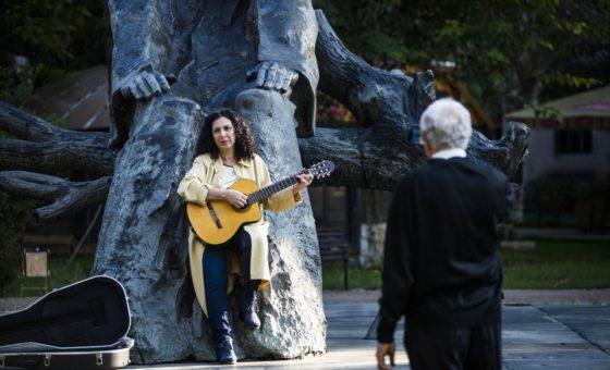 Шестима музиканти на фона на града